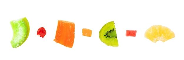 Diferentes frutas cristalizadas em um fundo branco