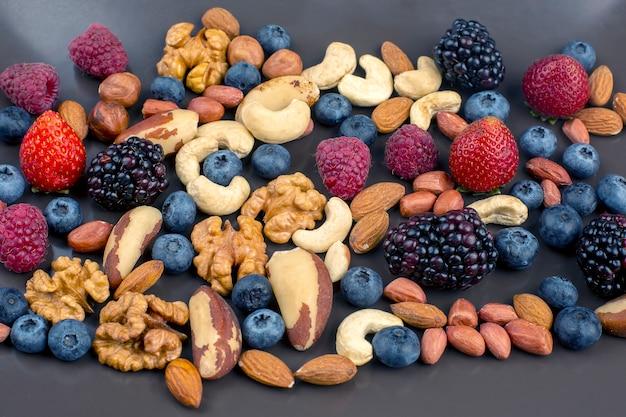 Diferentes frutas e nozes em um prato. comidas saudáveis