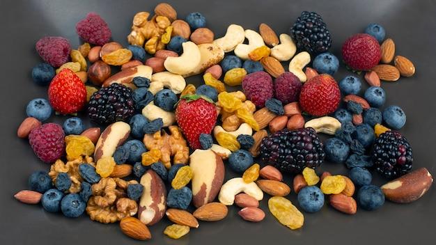 Diferentes frutas e nozes em um prato. proteínas vitamínicas e alimentos saudáveis