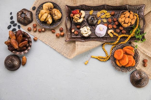 Diferentes frutas secas e nozes na lona
