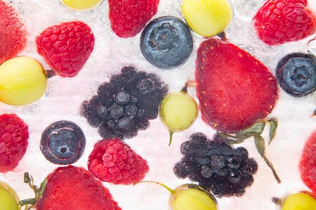 Diferentes frutas suculentas congeladas no gelo. vitamina útil comida saudável fruta
