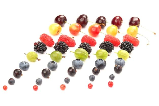 Diferentes frutas suculentas são dispostas em fileiras sobre um fundo branco. alimentos vitamínicos úteis