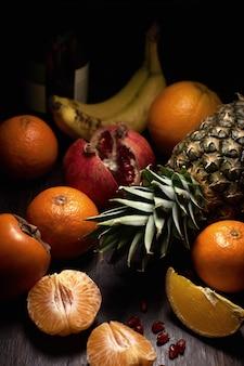 Diferentes frutas tropicais em uma superfície de madeira