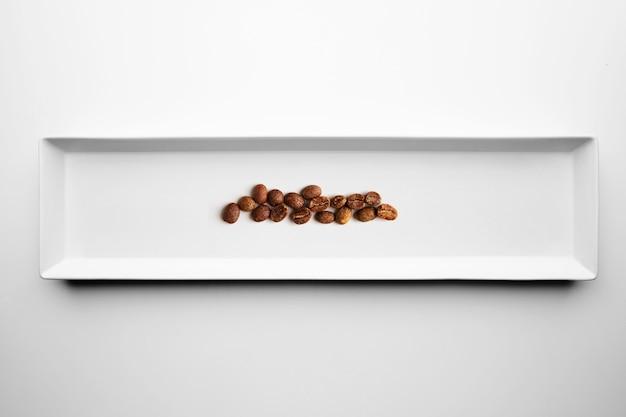 Diferentes graus de café torrefação profissional artesanal isolado em chapa branca, vista superior