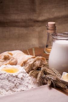 Diferentes ingredientes de cozimento na mesa