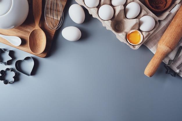 Diferentes ingredientes e utensílios de cozinha para fazer biscoitos ou cupcakes, flat lay, copyspace.