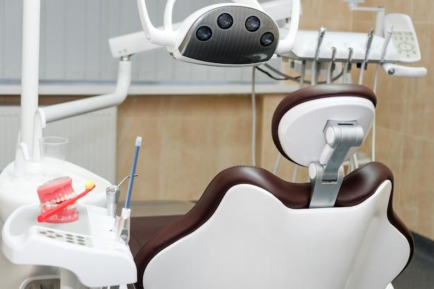 Diferentes instrumentos dentais e ferramentas em um escritório de dentistas