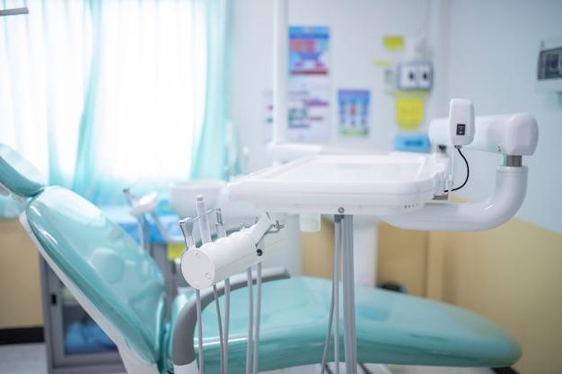 Diferentes instrumentos odontológicos e ferramentas em um escritório de dentistas