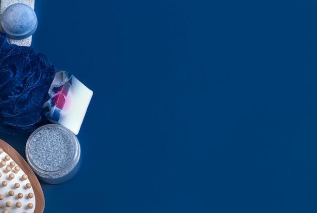 Diferentes itens de cuidado corporal em azul