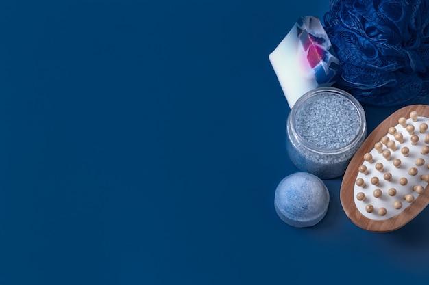 Diferentes itens de cuidado corporal na superfície azul