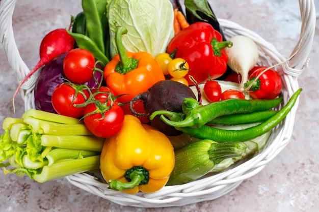 Diferentes legumes frescos coloridos na superfície de concreto