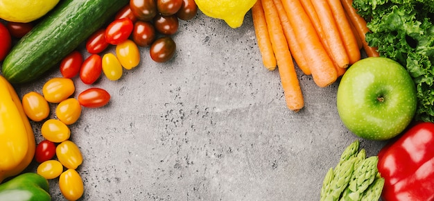 Diferentes legumes saborosos no fundo áspero
