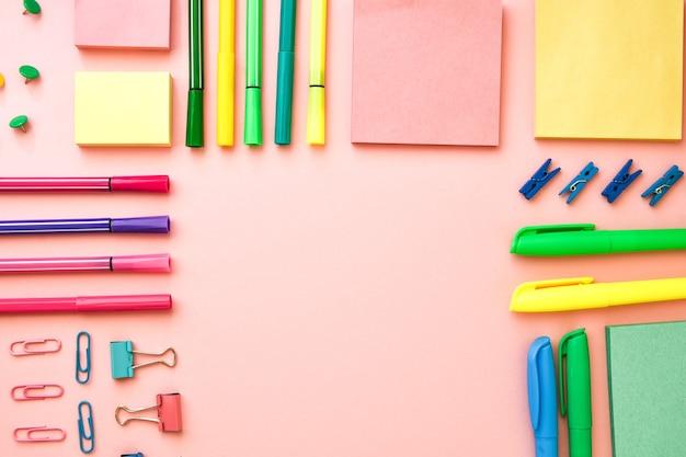 Diferentes materiais de escritório ou escola em rosa