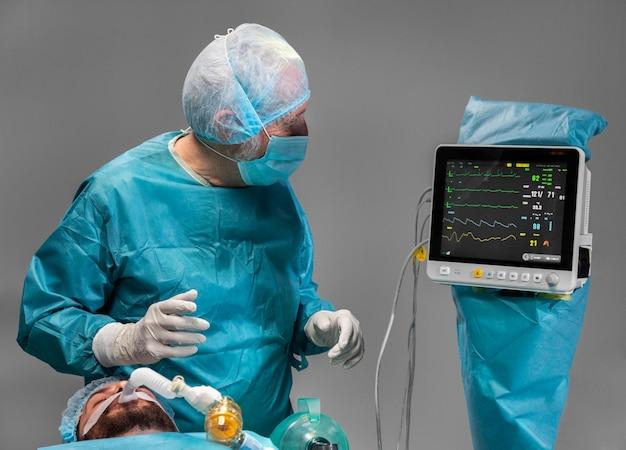 Diferentes médicos realizando um procedimento cirúrgico em um paciente