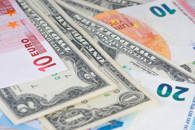 Diferentes notas de dólar e euro