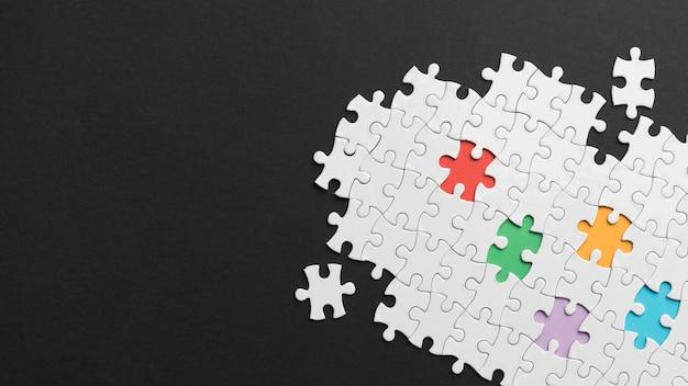 Diferentes peças de arranjo de quebra-cabeça com espaço de cópia
