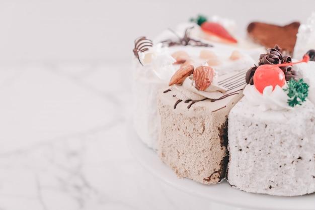 Diferentes pedaços de bolo no suporte do bolo