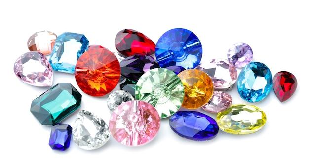 Diferentes pedras preciosas para joalheria isoladas