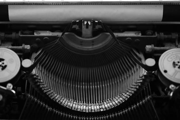 Diferentes pequenos elementos de metal de uma velha macro de máquina de escrever