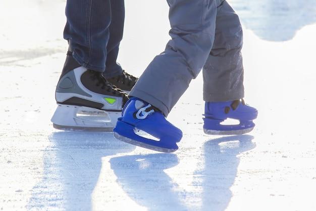 Diferentes pessoas estão patinando ativamente em uma pista de gelo. passatempos e lazer. esportes de inverno