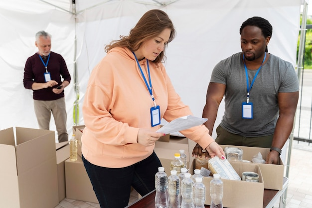 Diferentes pessoas fazendo trabalho voluntário em um banco de alimentos