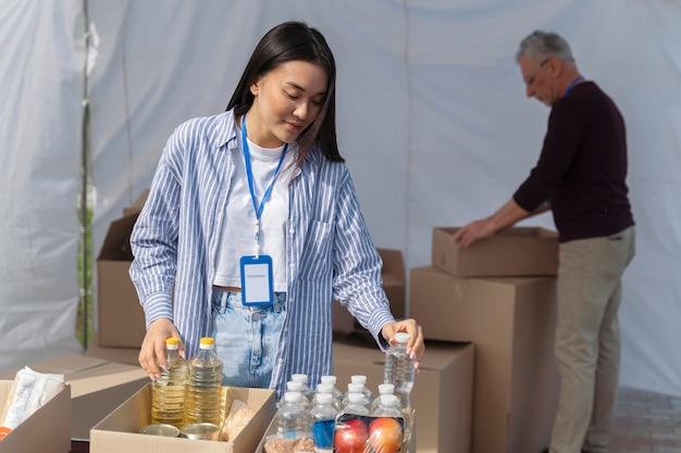Diferentes pessoas fazendo trabalho voluntário