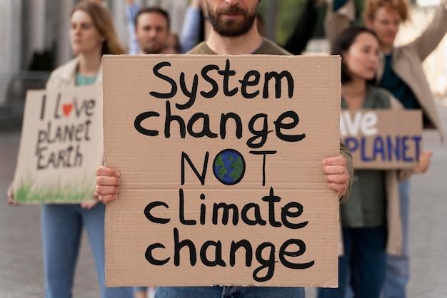 Diferentes pessoas se juntando a um protesto contra o aquecimento global