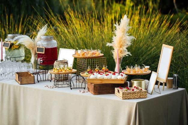 Diferentes petiscos de banquete festivo para catering