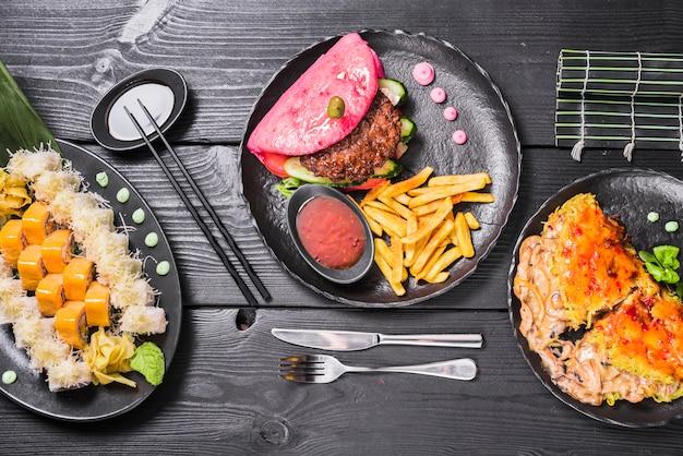 Diferentes pratos asiáticos no restaurante