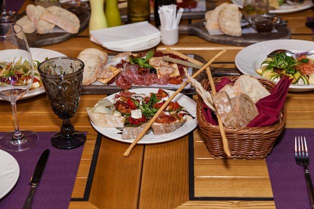 Diferentes pratos e petiscos na mesa de feriado.
