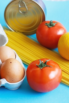 Diferentes produtos alimentares saudáveis em um fundo azul