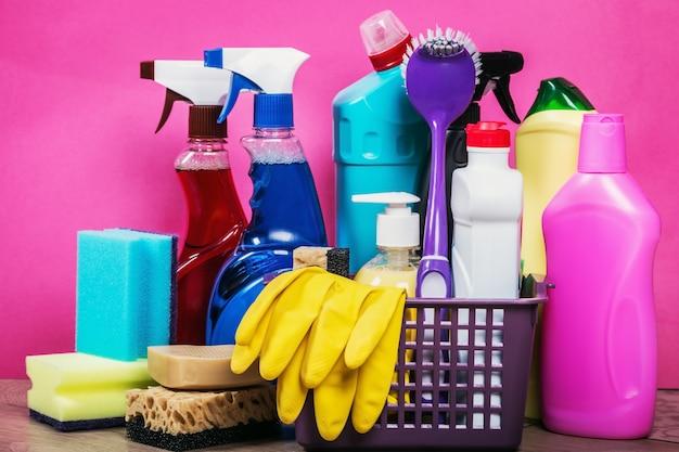 Diferentes produtos e itens de limpeza