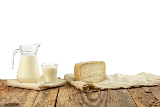 Diferentes produtos lácteos, queijo, creme, leite na mesa de madeira