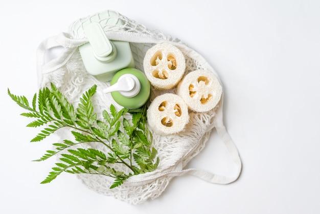 Diferentes recipientes para shampoo, condicionador ou sabonete líquido em eco bag. toalha de bucha ou bucha, esponja de legumes, alternativa ao plástico, zero desperdício, eco-amigável. produtos de beleza naturais