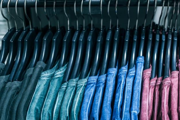 Diferentes roupas em cabides de perto