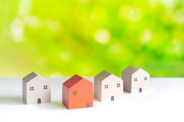 Diferentes simulações de habitação e conceito de seleção de imóveis com fundo verde da natureza e espaço de cópia