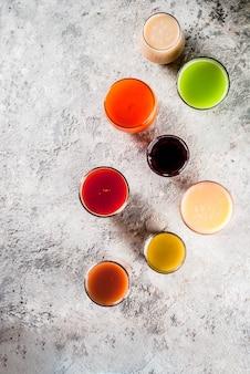 Diferentes sucos e smoothies