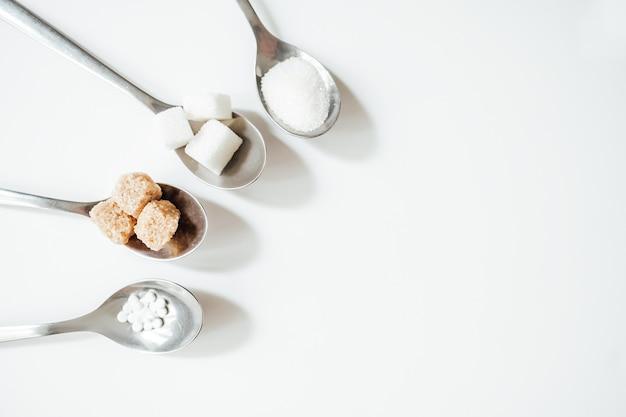 Diferentes tipos de açúcar em colheres