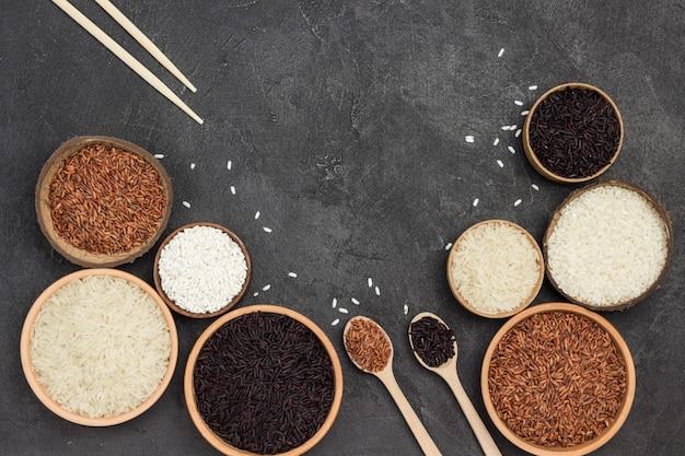 Diferentes tipos de arroz em tigela de cerâmica. postura plana