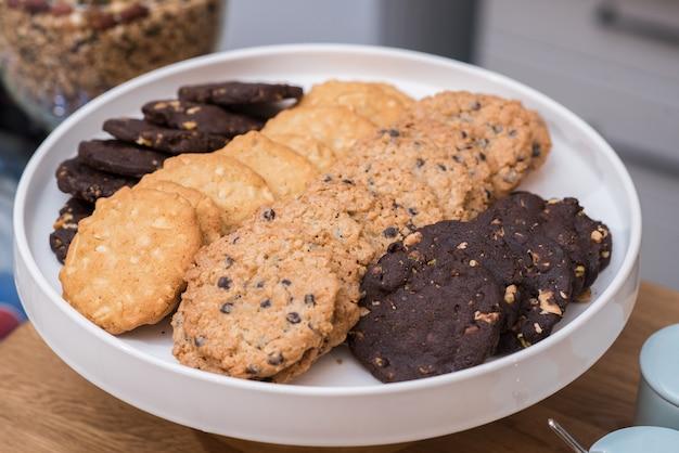 Diferentes tipos de biscoitos de aveia em um grande prato branco