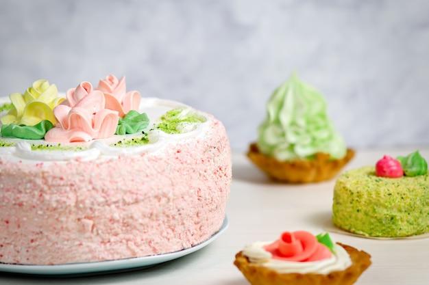 Diferentes tipos de bolos na mesa de madeira, closeup