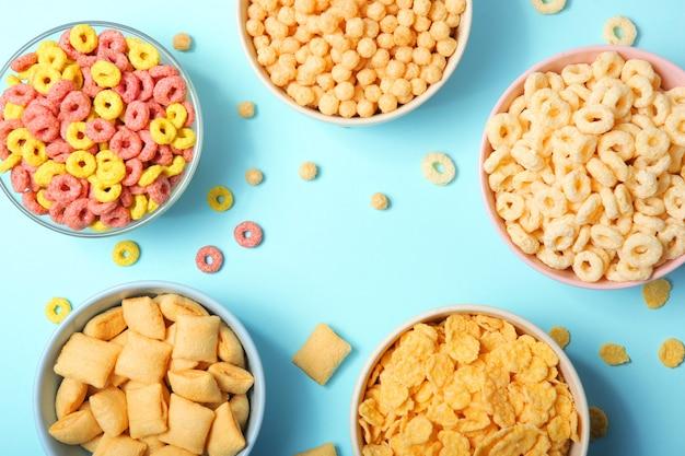 Diferentes tipos de café da manhã com milho na mesa closeup