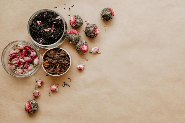 Diferentes tipos de chá derramado sobre o fundo marrom.