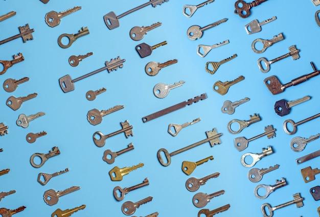 Diferentes tipos de chaves antigas e novas.
