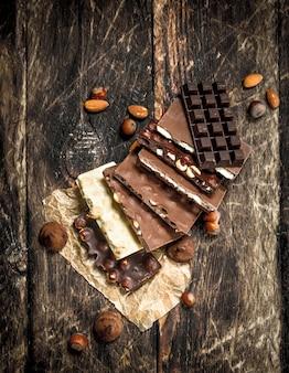 Diferentes tipos de chocolate na mesa de madeira.