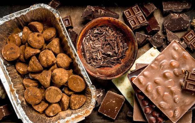Diferentes tipos de chocolate, trufas e gotas de chocolate