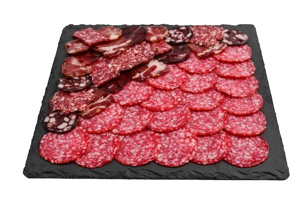 Diferentes tipos de cortes de carne nas placas. sobre um fundo de madeira.