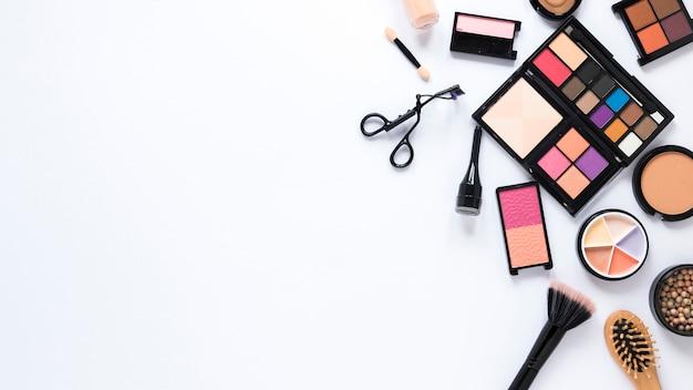 Diferentes tipos de cosméticos espalhados na mesa de luz