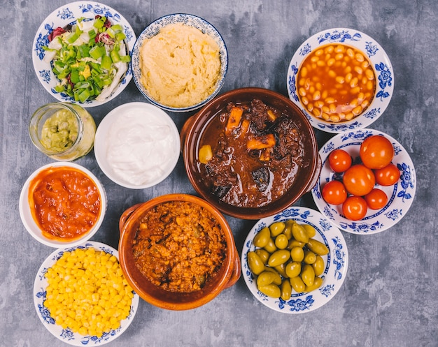 Diferentes tipos de deliciosos pratos mexicanos no piso de concreto