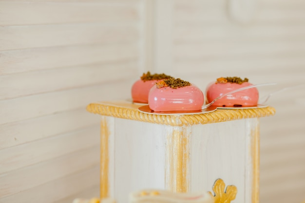 Diferentes tipos de doces e sobremesas no buffet doce
